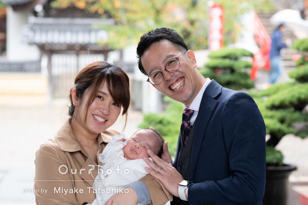 鮮やかな紅のお祝い着が愛らしい赤ちゃんと家族みんなのお宮参り撮影