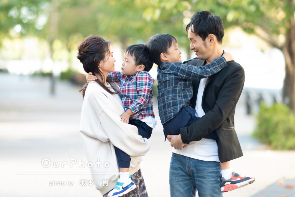 「活発な子供達との撮影にも優しく対応」年賀状用の家族写真の撮影