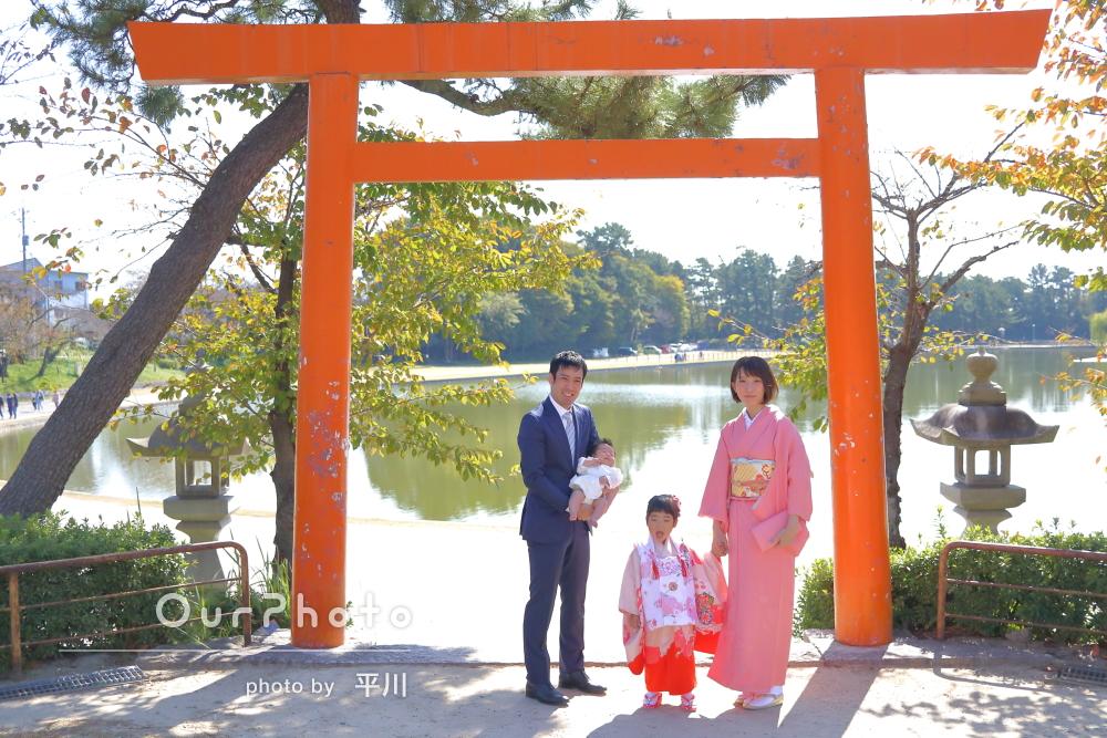 「頑張って笑顔を引き出して頂き」池を臨む神社で七五三の撮影