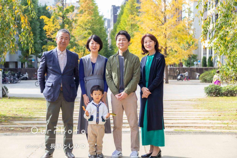 「走り回っている息子を追いかけながら撮影」仲良し家族写真の撮影