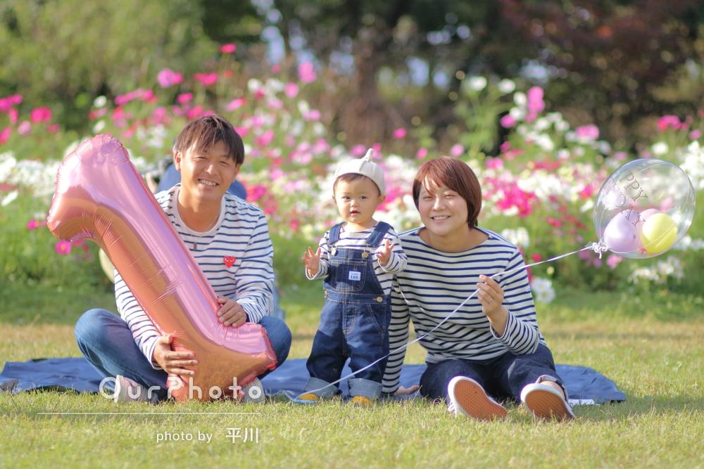 「自然な表情や笑顔がたくさんの写真」秋の公園で1歳記念の家族写真撮影