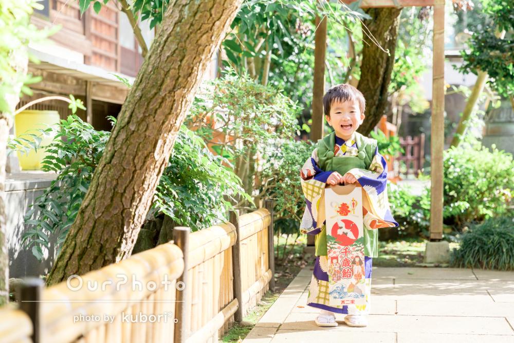 柔らかな秋の日差しが差し込む境内でニッコリな3歳の七五三に出張撮影