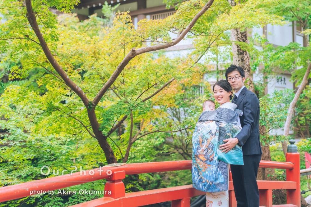 季節を感じる情景と共に切り取った温かなお宮参りの記念写真を撮影