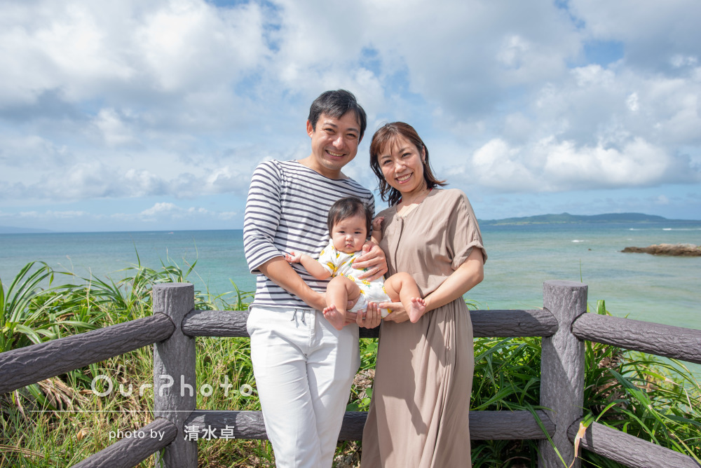 空と海と家族の笑顔がキラキラ輝くハーフバースディの撮影