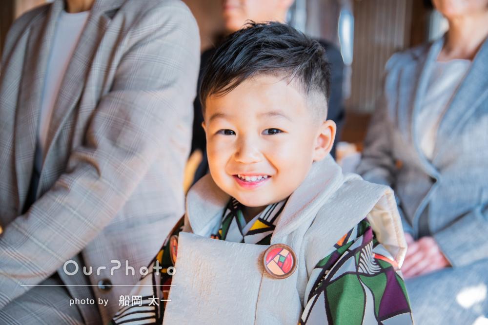 「緊張している息子を少しずつ笑顔に」モダンな着物で3歳の七五三の撮影