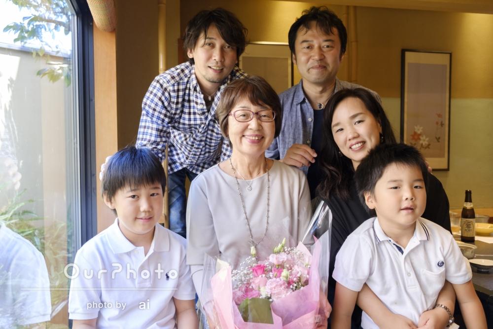 古稀のお祝いの食事会で家族写真の撮影