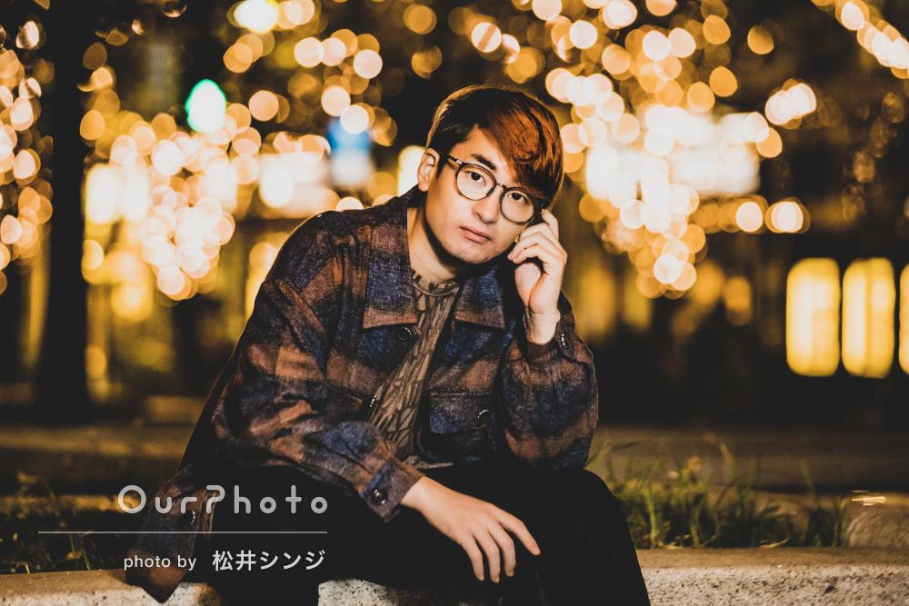 キラキラと輝く夜景の光が幻想的な男性プロフィール写真の撮影