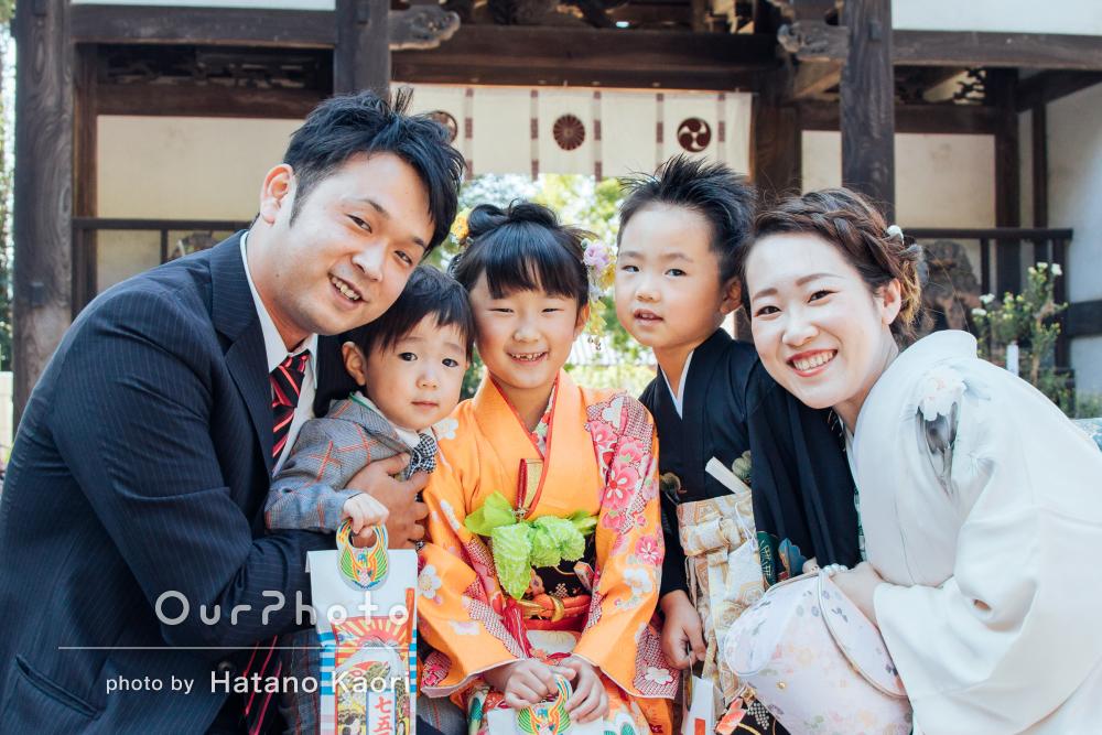 家族みんなが明るい笑顔!晴れ着が華やかな姉弟の七五三の撮影