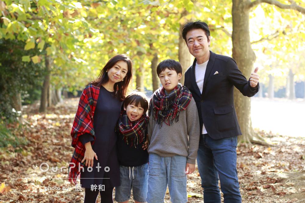 秋の木漏れ日の中でチェックのストールのリンクコーデで家族写真の撮影
