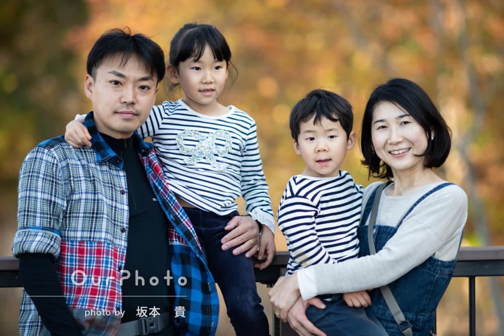 秋らしい自然と触れ合って生き生きと過ごす家族写真の撮影