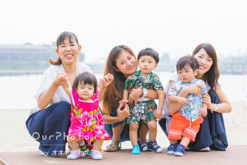 「子どもの1歳記念にママ友親子で」海辺にて親子3組の写真撮影