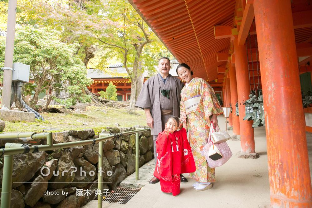 伝統的な神社にてご家族皆さんでの和装姿が魅力的な七五三写真の撮影