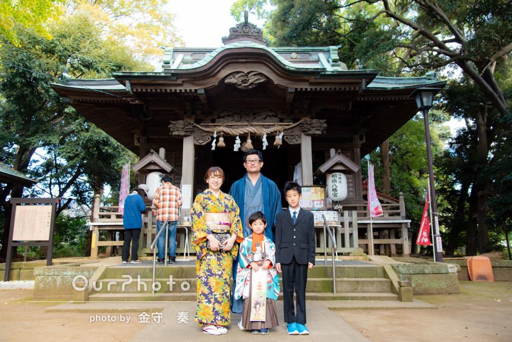 和装で秋景色の中を歩いている姿が華やかでかっこいい家族写真の撮影