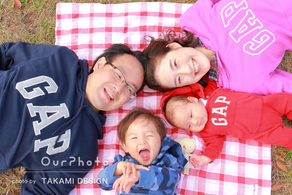 「それぞれの成長や動きに合わせ」リンクコーデで年賀状用の家族写真撮影