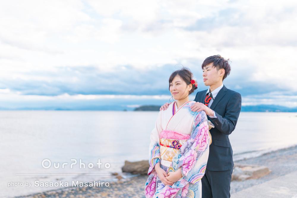 「写真一生大切にさせていただきます」海とコスモス畑でカップル写真撮影