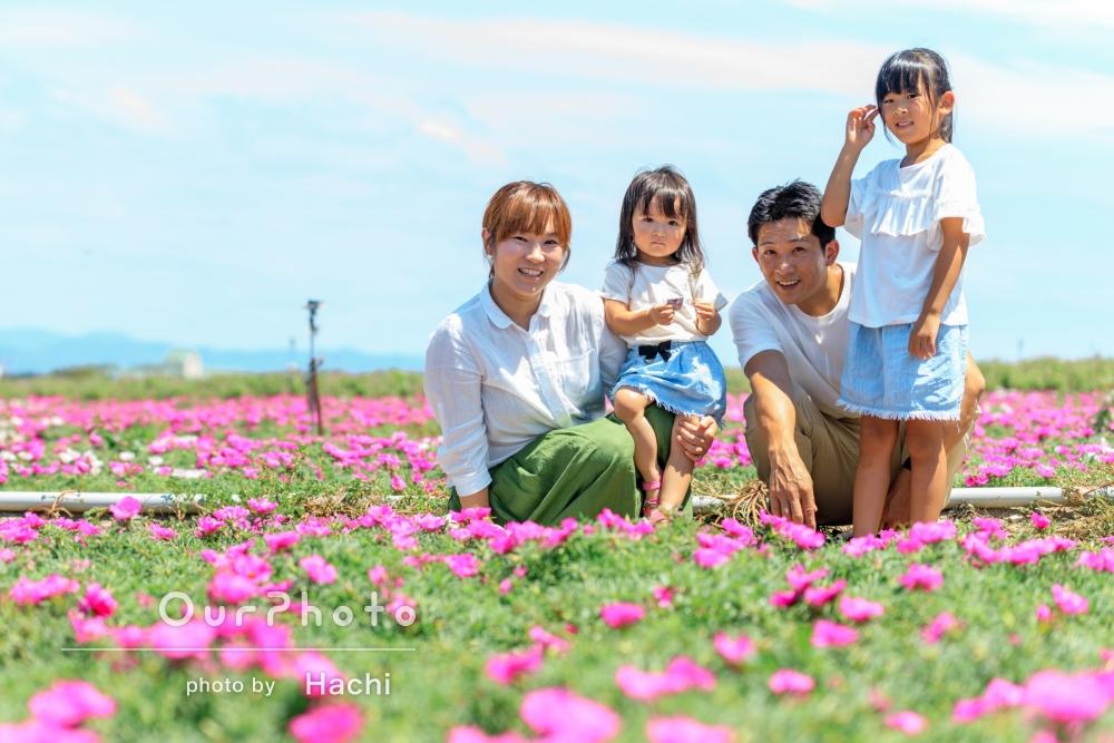 「自然で暖かい素敵な写真」夏の花々に囲まれた家族写真の撮影