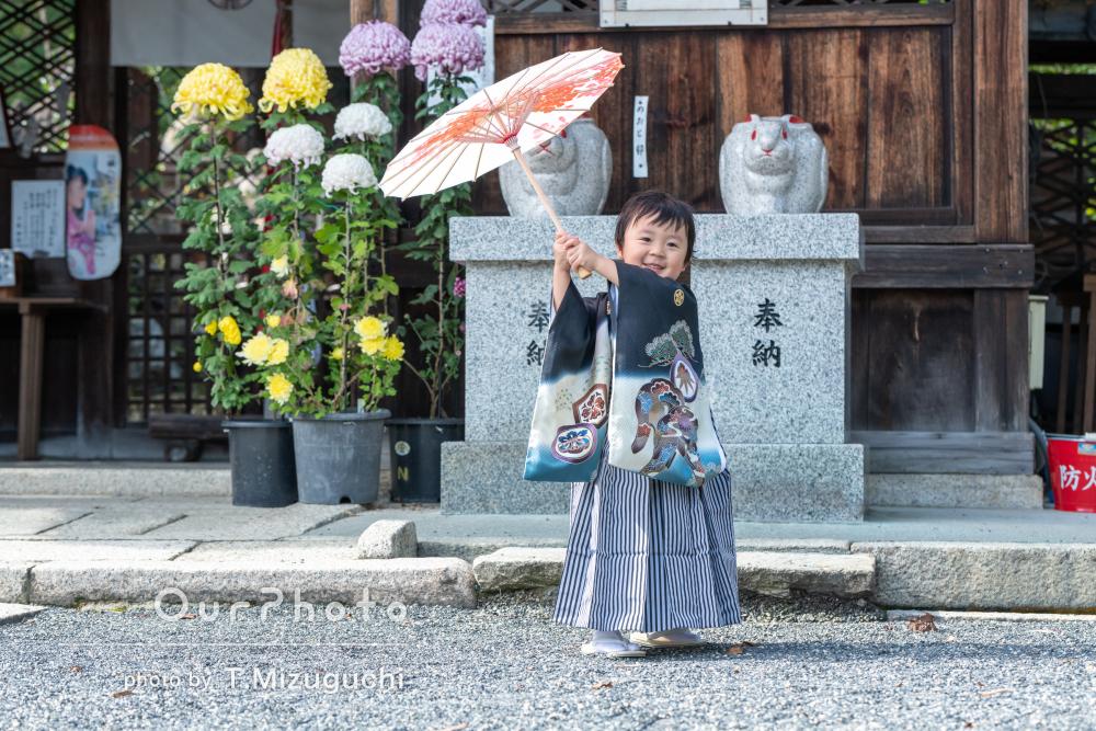 「わんぱくで可愛い写真」和傘や刀を持って3歳の七五三の撮影