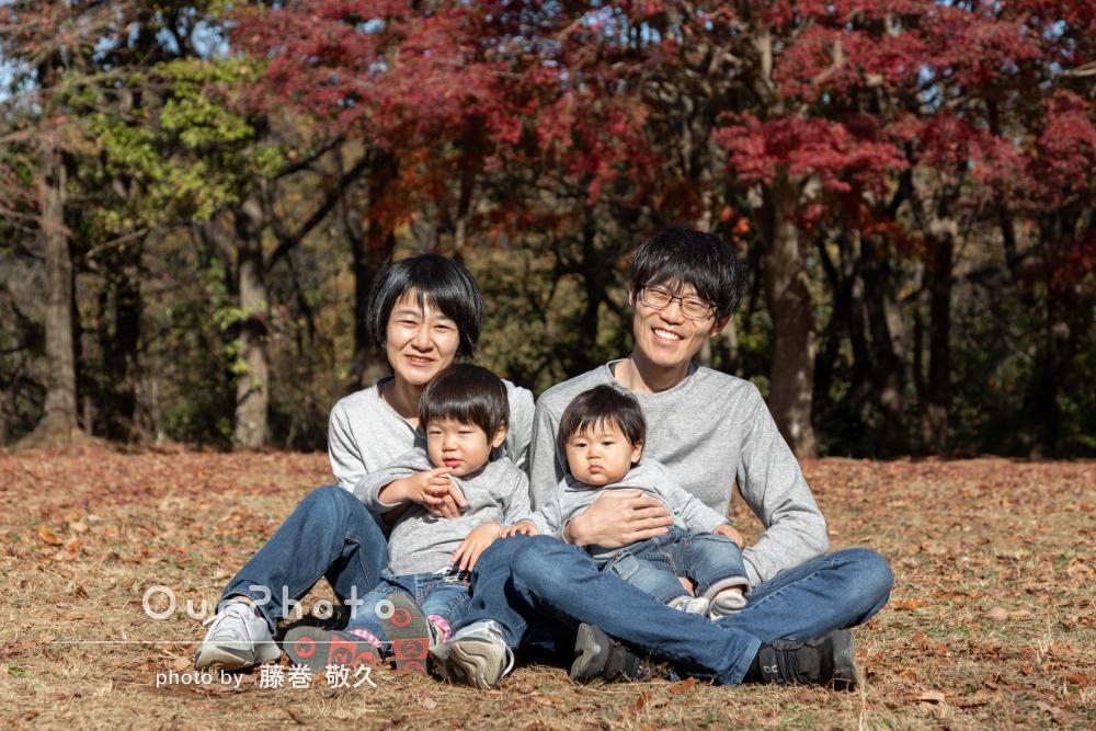 リンクコーデが秋の公園にぴったり!明るく開放感たっぷりの家族写真