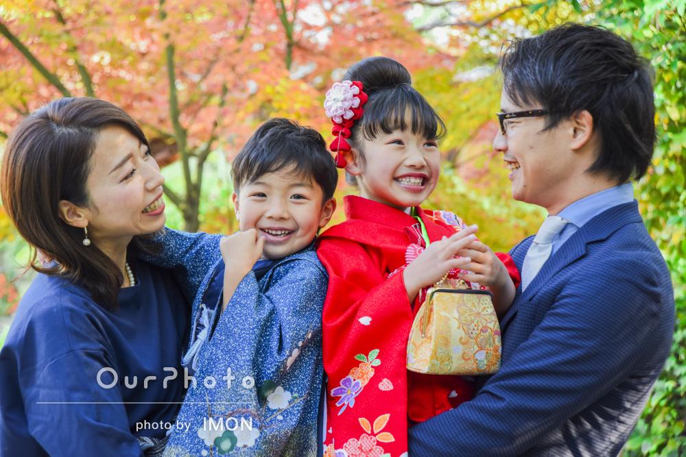 「自然でとっても素敵な写真」秋の神社を背景に笑顔いっぱいの七五三撮影