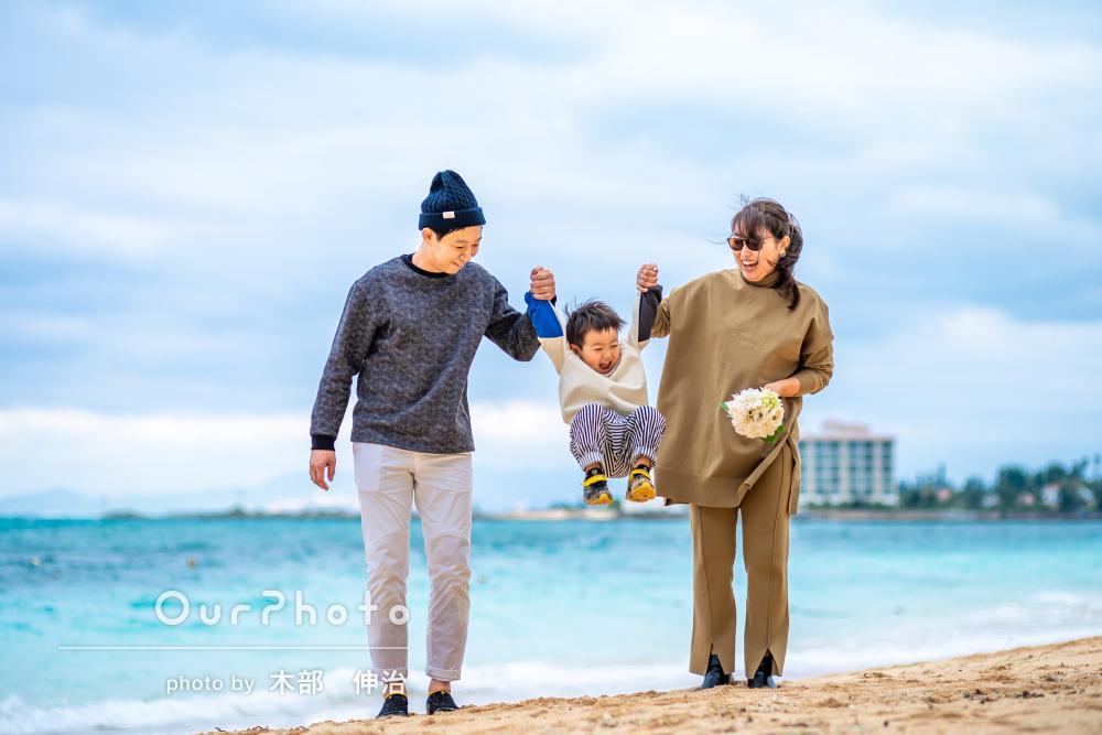 「写真が届き驚きました」沖縄の海を背景に笑顔が溢れる家族写真の撮影