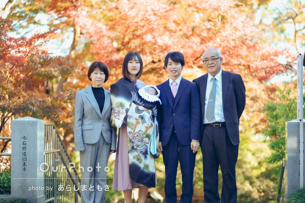 紅葉を背景に紺色の産着が映えて美しい!表情豊かなお宮参りの撮影
