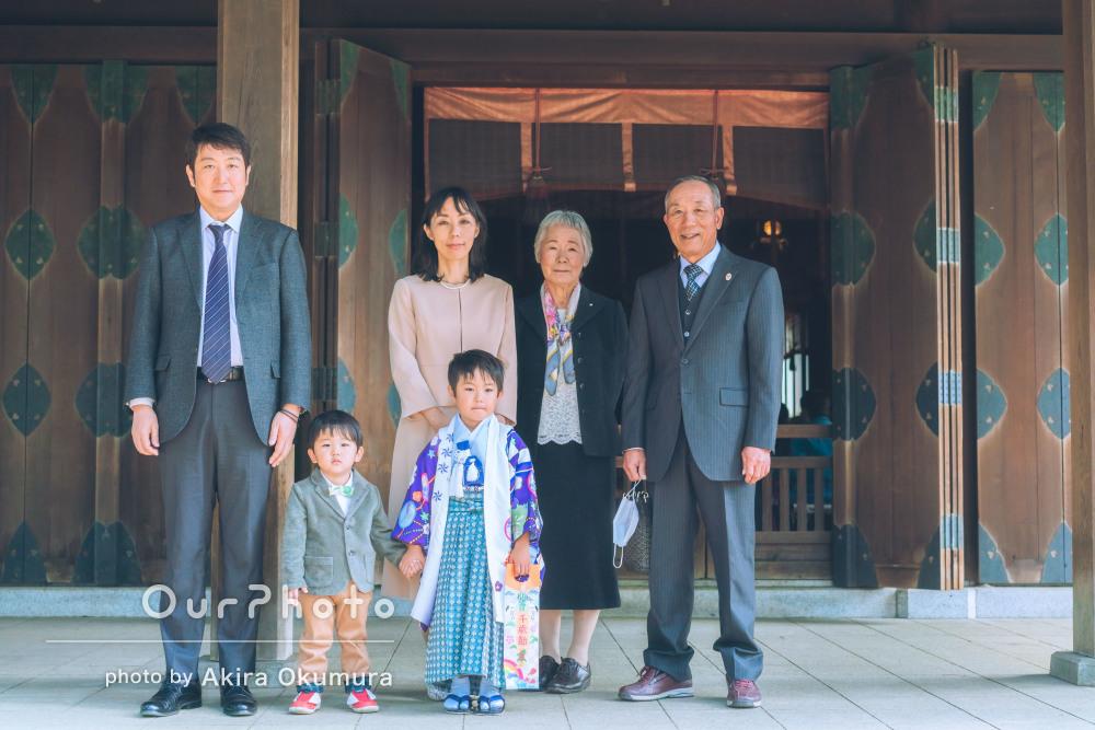 暖かな日差しの中、家族みんなで笑顔たっぷりの七五三の撮影