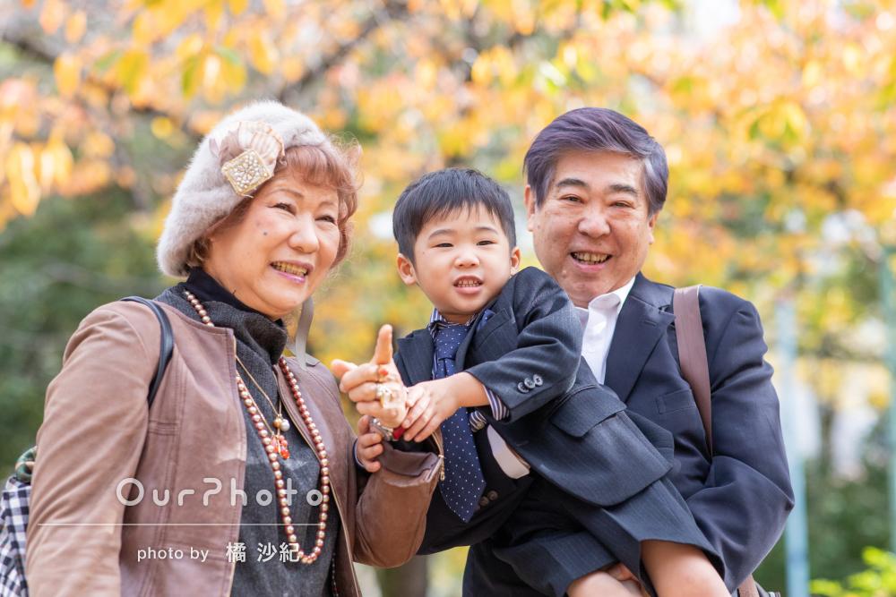 秋の柔らかい光の中で親子三世代揃った3歳男の子の七五三の撮影