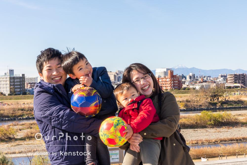 「生き生きとした素敵な写真がたくさん」年賀状用に公園で家族写真の撮影