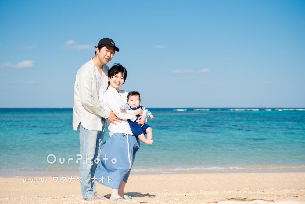 沖縄の青のグラデーションが美しいビーチでハーフバースデイの撮影
