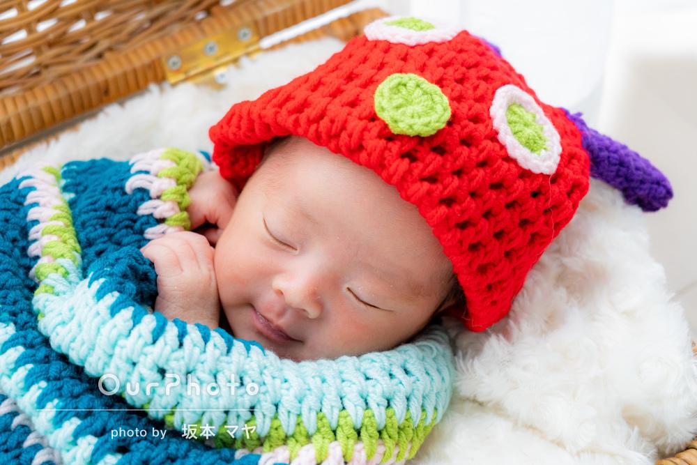 幸せな夢を見ながらにっこりと笑う赤ちゃんのニューボーンフォトの撮影