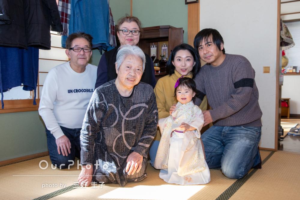 自宅で1歳のお誕生日の記念と桃の節句祝いに家族写真の撮影