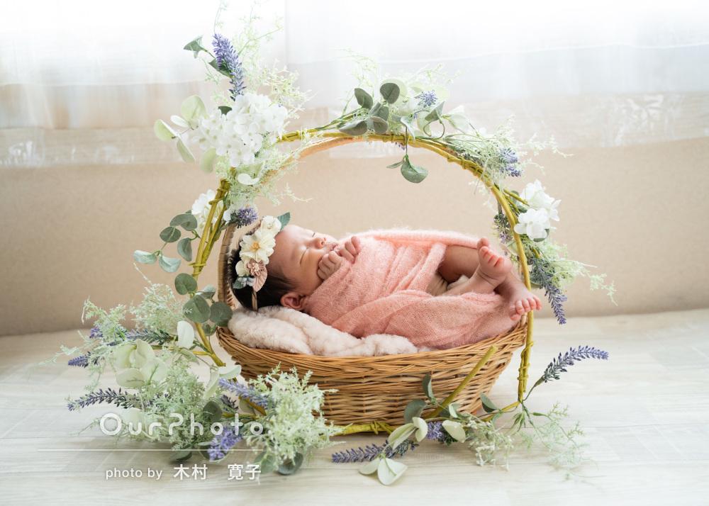 天使のような可愛さ!花に囲まれた赤ちゃんのニューボーンフォトの撮影
