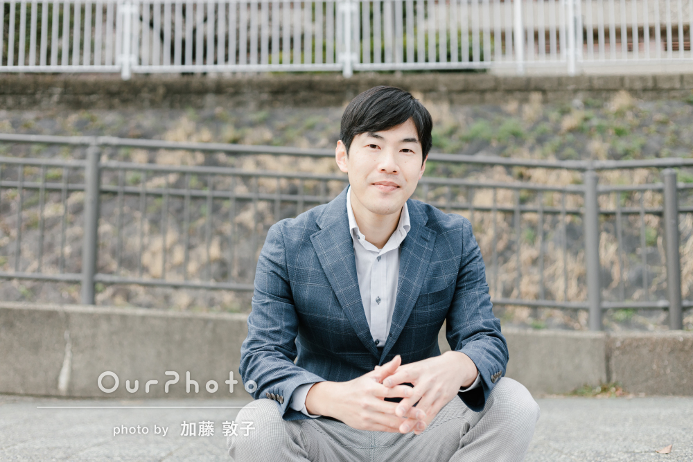 「会話の中で自然なショット」汎用性の高い男性プロフィール写真の撮影