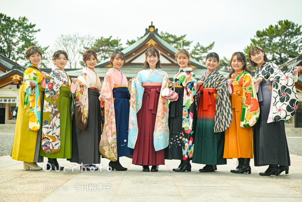 9人の友だちとカラフルで華やかな袴姿で卒業記念の写真撮影