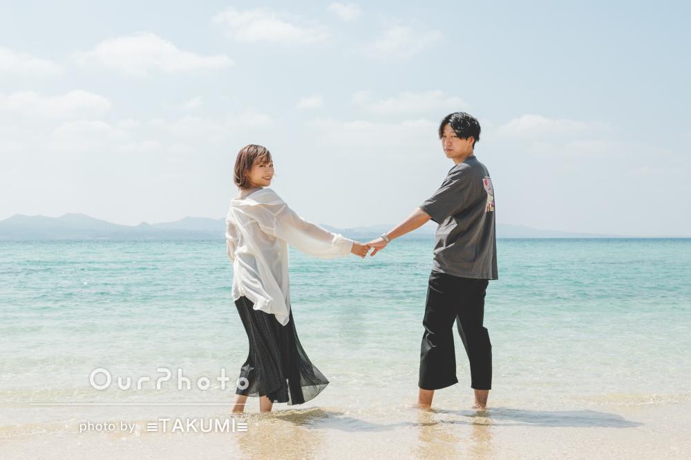 真白な砂浜と美しい沖縄の海を背景にインスタ映えなカップル写真の撮影