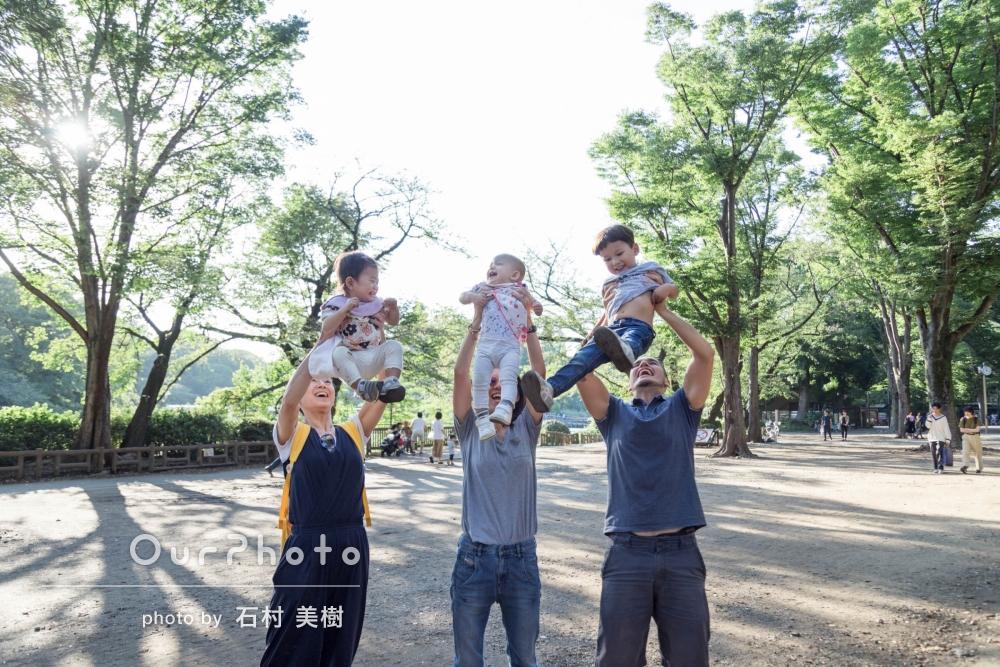 「写真がとってもきれいで家族全員で喜んでいます!」カジュアルな家族写真の撮影
