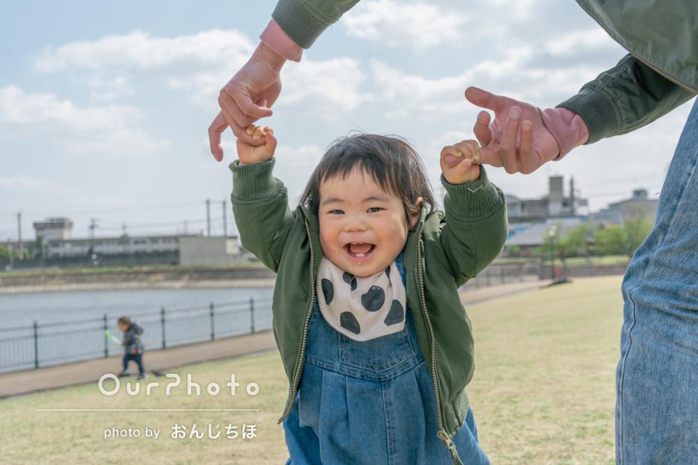 「本当に感謝でいっぱい」リンクコーデで楽しげな家族写真の撮影