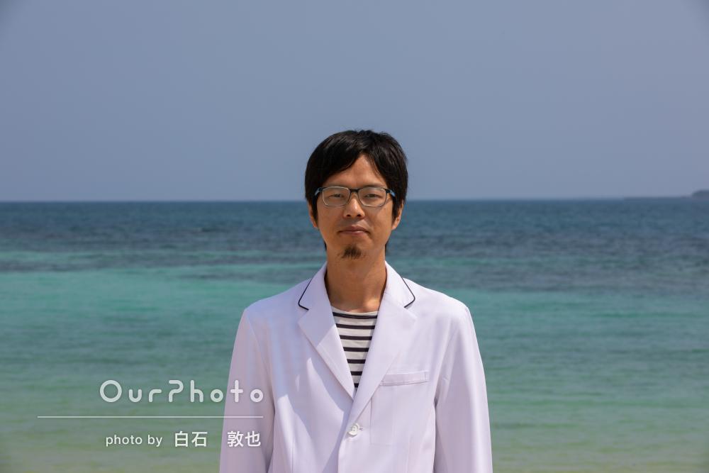 沖縄の海の青に白い衣装が映える!爽やかな男性プロフィール写真の撮影