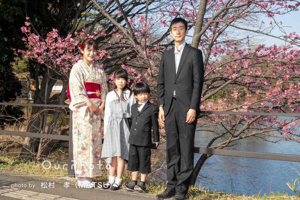 家族を待つ楽しい日々を思わせる入学記念のしあわせ家族写真撮影