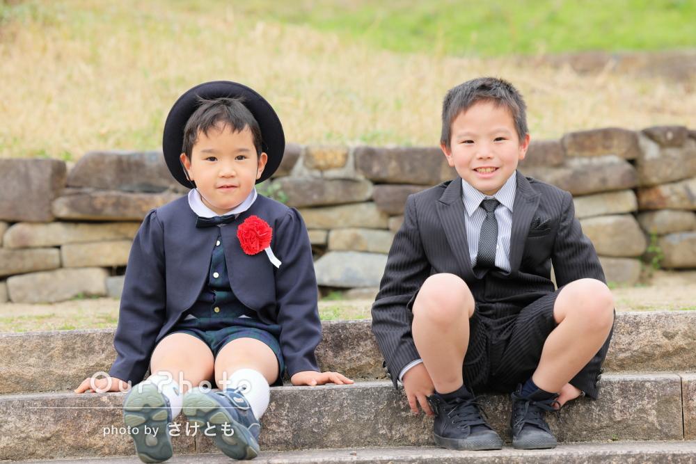 「家族にとって最高の思い出」桜咲く春らしい公園で兄弟の家族写真の撮影