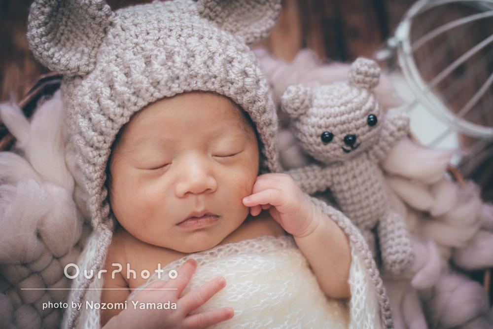 お洒落な小物に囲まれてすやすや眠る赤ちゃんのニューボーンフォトの撮影