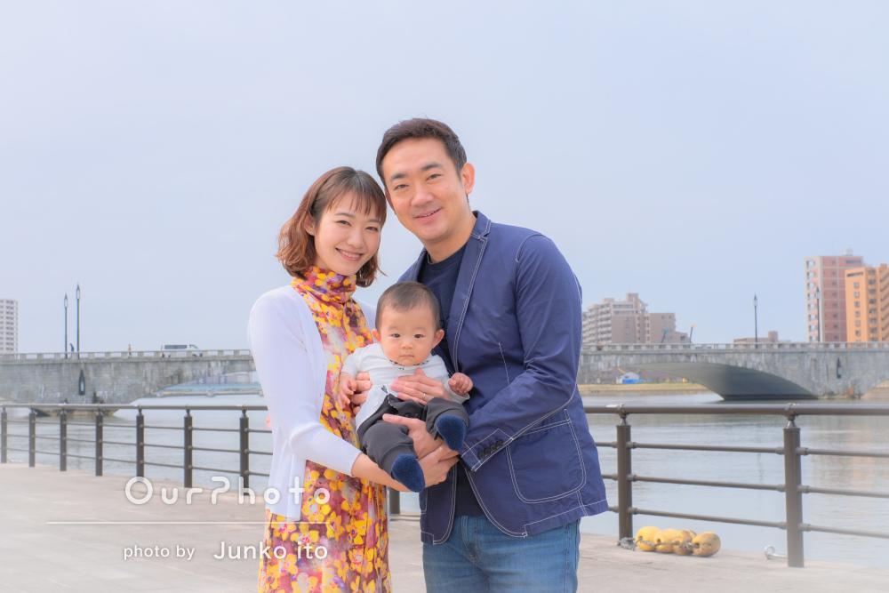 「とても素敵な写真を撮影していただきました!」川辺で家族写真の撮影