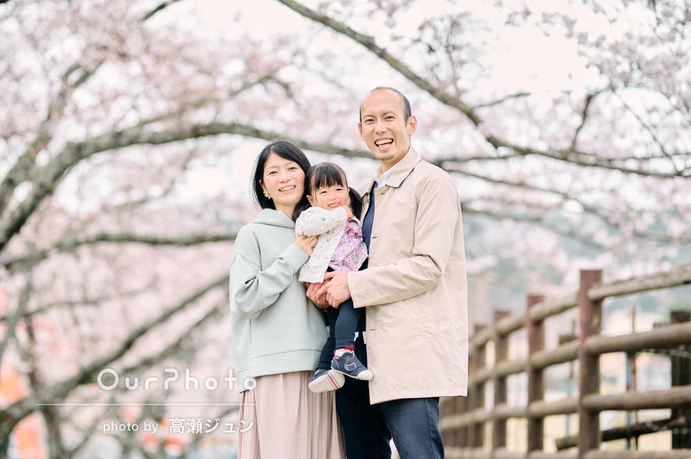 桜の下で春らしく楽しく!優しい笑顔があふれる家族写真の撮影