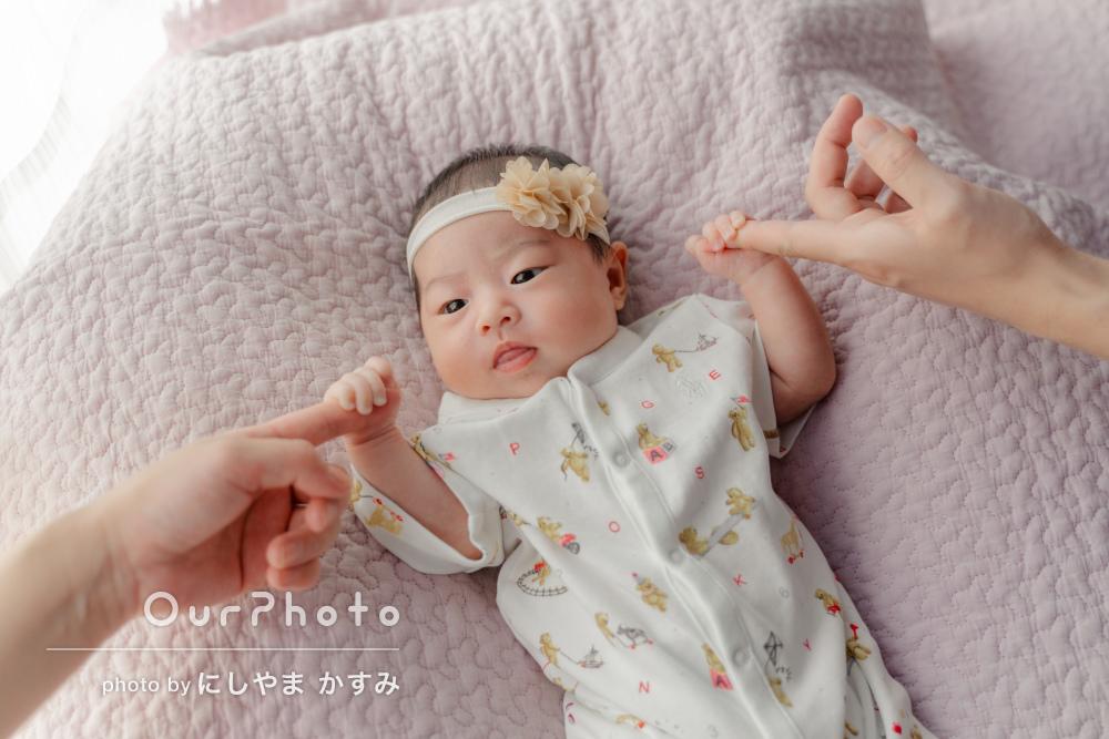 ママとパパの指をギュッ!家族の絆を感じるニューボーンフォトの撮影