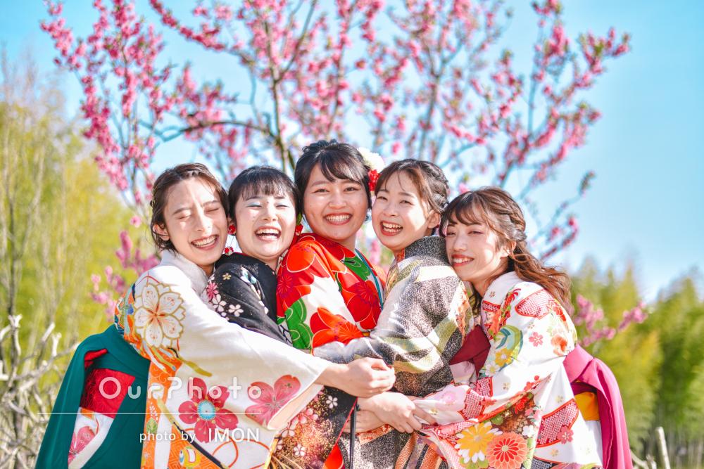 仲良し5人袴姿で学生生活最後の思い出にキラキラ笑顔の友フォトの撮影