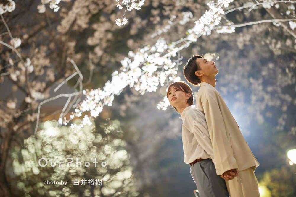 「自然に綺麗に」ライトアップされた夜桜デートでカップルフォトの撮影