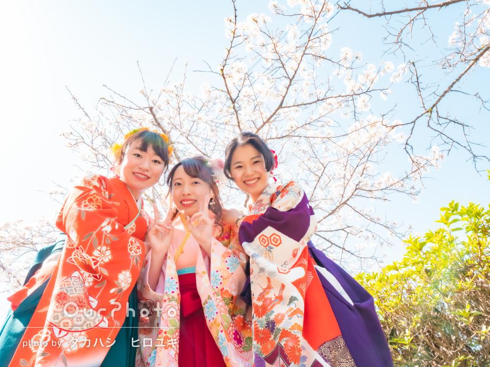 美しく咲く桜を背景に素敵な袴姿で大好きな友だちと卒業記念フォトの撮影