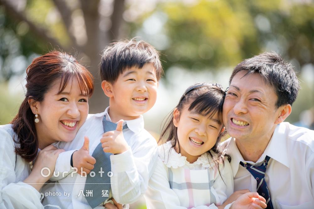 「感謝でいっぱいです」満開の桜の下で小学校入学祝いに家族写真の撮影