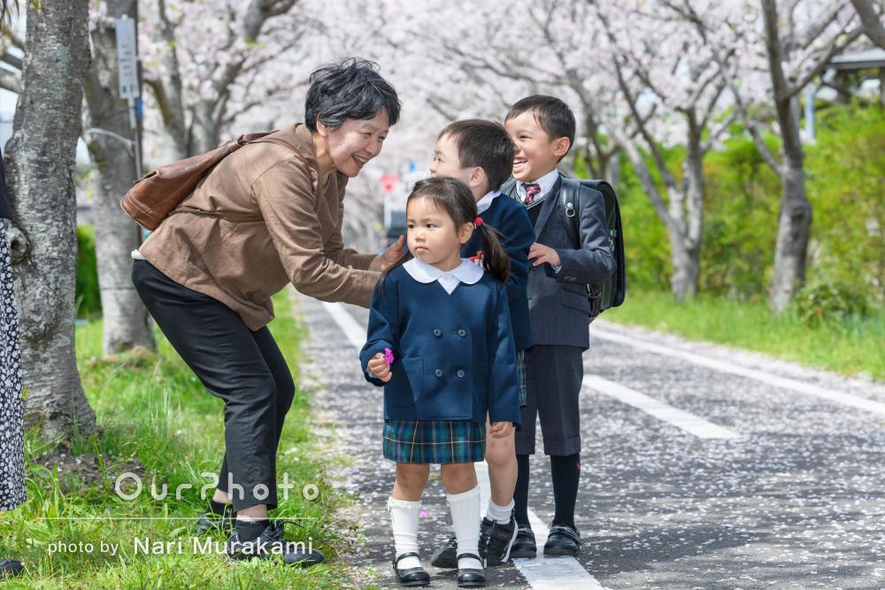 仲良し兄妹の姿にほっこり!桜並木の下で入園入学記念に家族写真の撮影