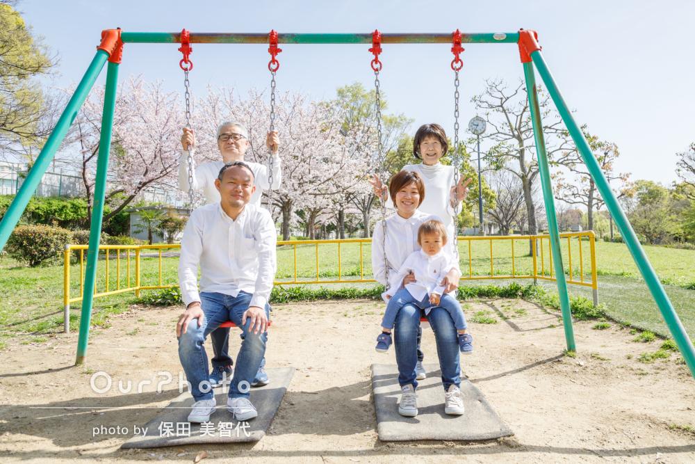 「自然に笑顔があふれ素敵な家族写真」親子3世代で家族写真の撮影